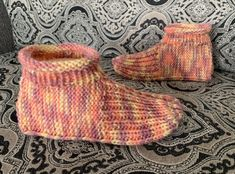 Learn to knit adult bootie slippers with this free knitting pattern. Includes a how-to knit video demonstrating how to knit the slippers from start to finish. Knitting Videos, Knitting For Beginners, Knitting Stitches, Knitting Socks, Knitting Patterns Free, Free Knitting, Crochet Socks, Crochet Patterns, Knitting Tutorials