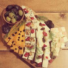 ケーキ食べないオットの誕生日はチーズプラトーに^_^ ちょっとクリスマスも意識 #チーズ #fromage #cheese #plateaudefromage #plateau #mimolette #driedfruit #happybirthday #france #noel #チーズプラトー
