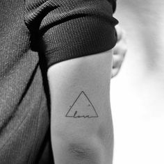 Los triángulos tienen un simbolismo o significado muy interesante, tanto en el sentido espiritual como en lo científico, por eso en este articulo veremos algunos significados y diseños de los tatuajes de triangulos.En cuestiones espirituales simboliza en casi todas las
