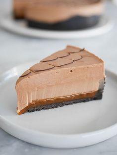 Mjölkchokladcheesecake med saltkolasås   Brinken bakar Delicous Desserts, Best Dessert Recipes, No Bake Desserts, Sweet Recipes, Cake Recipes, Swedish Recipes, Mousse, Flan, Holiday Desserts