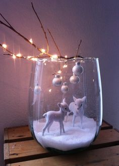 Sehr niedlich, Ein Glas Kunstschnee kleine Rehkitze Weihnachtskugeln und eine Lichterkette um einen Ast.