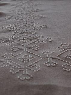Sarà per il tessuto grezzo ma allo stesso tempo trasparente, sarà per la forma geometrica del disegno che ho deciso di ricamarequesta tovaglietta da tè . L'esecuzione è molto semplice compos…