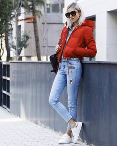 Rana Demir - Forever New Coat - Red friday Outfits Mujer, Sneakers Fashion Outfits, Sporty Outfits, Chic Outfits, Jeans Patch, Patched Jeans, Jeans Denim, Low Top Sneakers, Denim Sneakers