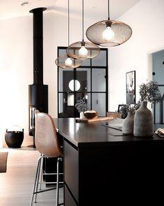 Mustavalkoinen värimaailma korostaa sisustuksen minimalistisen eleganttia ilmettä, jossa pienetkin yksityiskohdat nousevat tyylikkäästi esiin. Decor, Furniture, Table, Home, Shelving, Home Decor