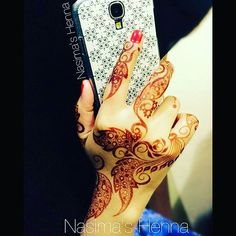 This beautiful design is done on meby my very talented sister :D <3 Please follow her at @hennartist_nasima  #beautifuldesign #hennapic #hennadesign #design #henna #hennalove #qatarihennaartist #dohaqatar #hudabeauty #zukreat #mazarin_design #brownhenna #naturalhenna #hennastain