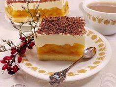 Delikatny biszkopt, cytrynowa masa jabłkowa, na to pierzynka z bitej śmietany, oprószona czekoladą, jest bardzo dobra ! :)