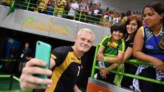 Deutschlands Patrick Wiencek macht ein Selfie mit den Fans. © dpa - Bildfunk Fotograf: Lukas Schulze