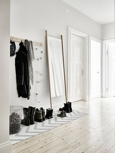 Hall, hal, white, grey, black, wood