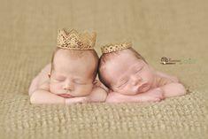 deux bebes jumeaux portant des mini couronnes pour une photo