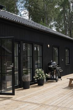 Black House Exterior, Cottage Exterior, Lakeside Cottage, Dark House, Cottage Design, Dream Home Design, Beautiful Buildings, House In The Woods, House Painting