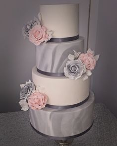 Grey and white marble wedding cake with marbles roses