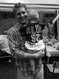 Gabriel Landeskog with the blonde baby that I will never be able to bear with him/for him... le sigh.