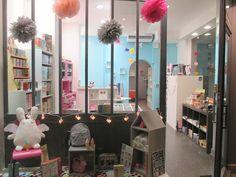 Même pas CAP est une boutique récréative pour petits & grands enfants située en plein coeur du centre-ville de Grenoble, France. Vitrine, shop window display, kids store, toy shop.