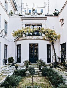 Dernière visite de l'atelier de Bernard Boutet de Monvel dans le 7ème arrondissement. Le patio de la maison sur lequel donne la rotonde construite par Louis Süe dans le style Art déco mâtiné de néoclassicisme. Elle abrite la salle à manger.©GB