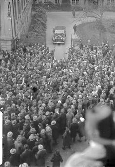 Berlin, 30. Januar 1933, 12:40 Uhr: Nach seiner Ernennung zum Reichskanzler verlässt Adolf Hitler im Auto die Reichskanzlei.