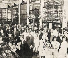 Title: Confectioner's shop. Rio de Janeiro, 1914.<br /> <br /> Confeitaria Colombo no dia do seu vigésimo aniversário. A fotografia mostra a primeira seção do estabelecimento. Rio de Janeiro, 1914.