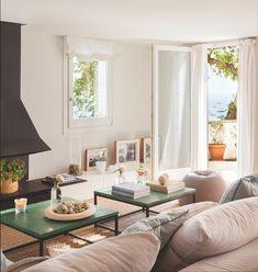 El salón. Sofá de Flexform y  mesas de centro, de Antic Daviu. El mueble bajo con cajones es un diseño de Grup Escrivá Interiors.