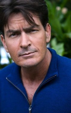 Charlie Sheen Hintergrund possibly with a portrait called Charlie Sheen Two And Half Men, Half Man, Carlos Estevez, Charlie Sheen, Young Guns, Important People, Hollywood Stars, Bad Boys, Actors & Actresses
