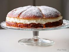 Laskiaispullakakku = Bun -Cake with whipped cream and raspberry jam. Delicious Cake Recipes, Yummy Cakes, Sweet Recipes, Bun Cake, Cake Fillings, Easy Baking Recipes, Frosting Recipes, No Bake Cake, Vanilla Cake