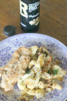 Rauhallinen musiikki, mausteinen tuoksu ja lämmin ruoka kuuluvat lempeästi hämärtyviin iltoihin. Parmesaanikanat inkiväärikukkakaalissa on helppo herkku.