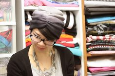 Syl and Sam: 024: tutorial - tuque to turban    Simply sew an elastic band along the front and done!