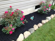 Can Rubber Mulch Prevent Weeds in My Flower Bed? Can rubber mulch prevent weeds in your flower bed? Mulch Landscaping, Landscaping With Rocks, Front Yard Landscaping, Landscaping Ideas, Black Rock Landscaping, Mulch Ideas, Landscaping Software, Rock Flower Beds, Rocks In Flower Bed