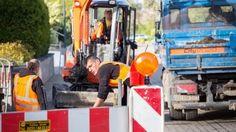 Eine komplette Versorgung der Haushalte in Deutschland mit Glasfaser würde sich bis in die 2030er-Jahre hinziehen. Dies sei laut dem Telekom-Chef allein schon dem Tiefbau