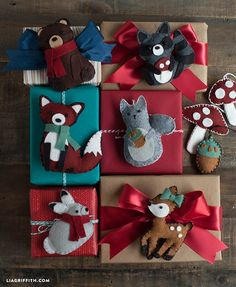 Make these cute felt animals for an ornament or gift topper. Free pattern and tutorial. #felt #gifttopper #diyornaments