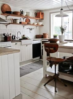 White little rustic Kitchen. Rustic Kitchen, Kitchen Dining, Primitive Kitchen, Kitchen Shelves, Kitchen Cabinets, Elegant Homes, Kitchen Styling, Kitchen And Bath, Home Kitchens