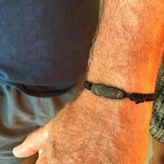Philippe ha elegido una #Palmita negra con piedra #lava negra de las playas volcánicas de #fuerteventura. #beachtreasures #beachstonejewelry #beachstones #macramejewelry #oceanjewelry #seajewelry #beachboutique #inimitabile #slowlife #filosofiapalmera