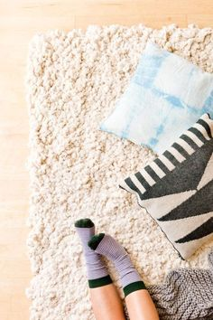 to Make a Large-Scale Rug from Scratch How to DIY a large-scale rug from scratch. This would be a great winter project - looks so cozy.How to DIY a large-scale rug from scratch. This would be a great winter project - looks so cozy. Clever Diy, Easy Diy, Diy Projects For Fall, Project Ideas, Diy Tapis, Winter Project, Diy Carpet, Cheap Carpet, Large Rugs