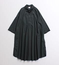 着日本ぶかっとした太めの素材感が新鮮なワンピース。 トップにボリュームがあるので、丈が少し短め。 ボトムをレイヤードするのにもちょうどいい丈感です。 ※ モデル着用は、クロです。