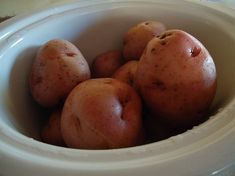 How to Bake Potatoes in a Crock Pot (without foil) (Heavenly Homemakers) Crock Pot Baked Potatoes, Making Baked Potatoes, How To Cook Potatoes, Crock Pot Slow Cooker, Slow Cooker Recipes, Crockpot Recipes, Side Recipes, Real Food Recipes, Cookies Et Biscuits