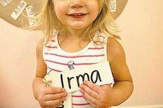 Irma Lind, 3 år, går på Öjaby förskola och är redan van vid ordlappar och lustfylld lästräning.