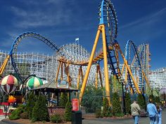 Six Flags Magic Mountain. MY ABSOLUTE FAVORITE THEME PARK. I LOVE ROLLER COASTERS