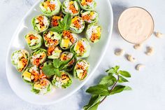 Mango-avocado spring rolls with spicy cashew sauce Vegan Vegetarian, Vegetarian Recipes, Cooking Recipes, Healthy Recipes, Miso Dressing, Light Summer Meals, Avocado, Cashew Sauce, Vegan Potluck