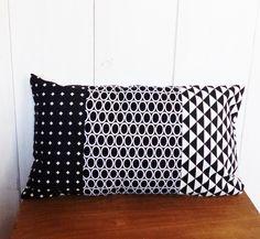 Housse de coussin 50 x30 cm n°2 patchwork tissus motifs géométriques graphiques noir et blanc : Textiles et tapis par zig-et-zag