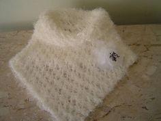 la em lã extremamente macia na cor branca (CONSULTAR COR DA LÃ) com broche em flor que pode ser em tecido,trico ou croche. Elegante e agasalha.               *  *  *  *  *  ATENÇÃO * * * * *  NÃO É POSSÍVEL A CONFECÇÃO NO MATERIAL DA GOLA  DA FOTO POIS O MESMO TRATA-SE DE ARTIGO IMPORTADO NÃO HAVENDO MAIS A IMPORTAÇÃO DO MESMO.  PODE SER CONFECCIONADO EM QUALQUER LÃ OU LINHA. R$ 45,00