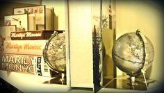 ESPECIAL DIA DOS PAIS! Prático e bonito, esse porta-livros dá um charme a mais para qualquer lugar da casa.  #adoropresentes #adoro #presentes #adorodecoração 3decor #decoração #home 3lojavirtual #lojaonline #globos #globes #portalivros Mirror, Table, Furniture, Home Decor, Book Holders, Father's Day, Gifts, Home, Globes