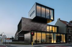 이번 프로젝트의 독특한 시퀀스가 던지는 화두는 건축과 도시와의 관계속에 발현되는 다양한 도시적 요소들의 반영과 그것들의 합리적인 반영을 통해 구현되는 건축물의 순응에서 찾아 볼 수 있다. 로에셀라르 시내 중심가 교통량이 많은 사거리에 위치한 입지적 특징은 이웃한 타운하우스의 빌딩 라인과는 차별화되는 되도록 장소? 공간에게 압박을 가한다. 이 즐거운 압박을 통해 생성되는 건축환경은 각기 다른 방향과 볼륨..
