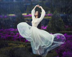 Chuva - rain - lluvia - estação - season - temporada - chovendo - raining - lloviendo - temporal - tempestade - storm - tormenta - dias - days - día - chuvoso - rainy - lluvioso - clima - climate - tempo - água - water - gotas - drops - mulher – woman – mujer – garota – girl - dança – dance – danza – dançando – dancing – baile - bailarina - ballerina - balé - ballet - fashion - moda - dress - vestido - White - inspiração - inspiration - bonita - hermoso - beautiful - jardim - garden - jardín