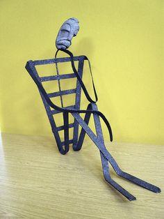 Escultura titulada Pensador, ejecutada en hierro con piedra volcánica. Dimensiones: 73 x 37 x 60 cm. - Luis G. Miras