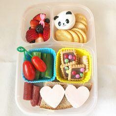 """American Bento als """"europäische Brotdose im Bentostyle"""" mit Brot, Rohkost, Obst, Cookies und Cräcker via Lunchboxdiary.com"""