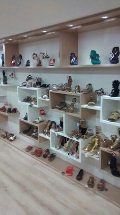 Painéis e nichos em loja de sapatos, bolsas e acessórios. Shoe Display, Display Design, Wall Design, House Design, Boutique Decor, Boutique Design, Jewelry Store Design, Retail Store Design, Store Interiors