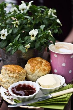 Queen of Afternoon Tea ~ Author, Nancy Jill Thames: Tea Party Tuesday * The Proper Way to Eat a Scone Coffee Break, Coffee Time, Tea Time, Chocolate Cafe, Tea And Crumpets, Brunch, Chocolate Caliente, Cream Tea, Tea Sandwiches