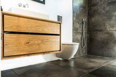 En ting vi synes er spændende er at skabe ensartet stil i en bolig, så man som gæst i huset nemt kan se den røde tråd i indretningen. En måde at opnå dette på, er f.eks. at skabe løsninger på badeværelset i samme stil som dit køkken. Samme kabinet og skuffefronter på badeværelsesbordet som i …