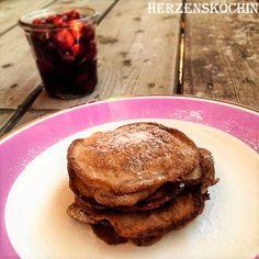 Low Carb Pancakes mit Zimt und Kirschen