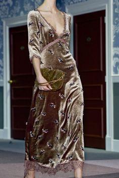 Louis Vuitton at Paris Fashion Week Fall 2013 Louis Vuitton Fall 2013 – Details Paris Fashion, Runway Fashion, High Fashion, Womens Fashion, Fall Fashion, Pretty Dresses, Beautiful Dresses, Style Haute Couture, Velvet Fashion