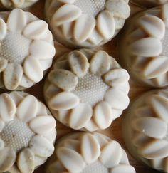 Csalános-citromfüves kecsketej babaszappan 90 gr. Csalános-citromfüves, hidratáló és krémes kézműves babaszappan kecsketejből  Shea vajjal, szőlőmag olajjal, kukorica csíra olajjal gazdagon öntözött kecsketej-szappan, hetekig olajban áztatott csalán és citromfű levelekkel ékesítve, levendula illattal  INCI: Elszappanosított növényi olajok: oliva, pálma, kókusz, kukoricacsíra, szőlőmag; Teljes kecsketej; Őrölt, olajban áztatott csalán és citromfű levelek; Csalán levelek főzete; Levendula ...