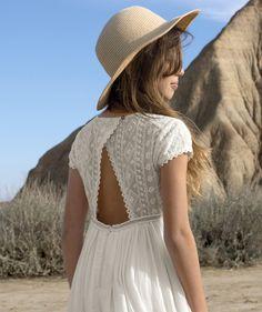 LA ROBE DOS OUVERT :                     Nouveauté ! Ce produit est au même prix du 2 au 14 ansOn adore cette robe aux détails travaillés, idéale pour une cérémonie ! Votre fille sera la plus craquante dedans !            LA ROBE, col rond, manches courtes, haut de la robe en dentelle, dos ouvert en V, bouton à l'arrière, zip pour faciliter l'enfilage, jupon en voile doublé pour plus de volume.